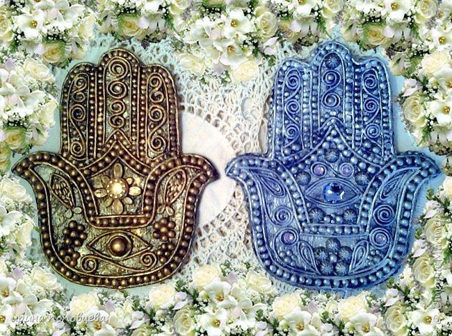 Ближний Восток – настоящий клондайк всевозможных оберегов. Самый распространенный амулет этих пропитанных мистикой мест – изображение раскрытой ладони с пятью пальцами. Он известен под названием амулет хамса значение которого переполнено влиянием разнообразных верований. «Хамса» в переводе с арабского означает «пять». Ладонь – древнейший символ защиты, известный еще со времен палеолита. Это отслеживается на фото с археологических раскопок. Символ руки глубоко почитаем во множестве культур, каждая из которых приписывает себе зарождение талисмана. Главное предназначение хамсы – уберечь своего владельца от любого зла, направленной порчи, случайного или злонамеренного сглаза. Хотя изначально знак раскрытой ладони символизировал пожелание доброй жизни, дружеское расположение, доверие. Для большинства стран Востока поднятая рука означает правдивость обещанного, всех сказанных слов. фото 1