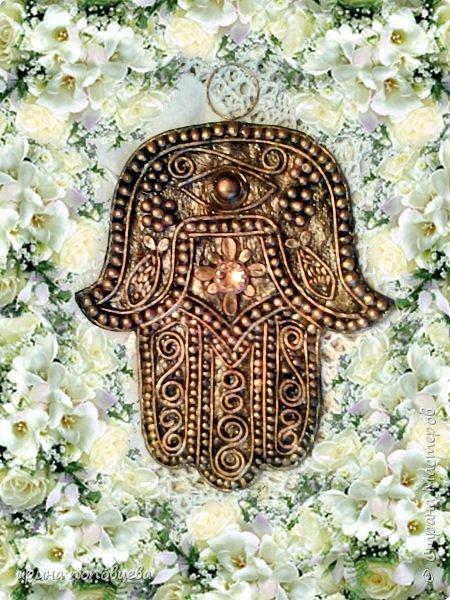 Ближний Восток – настоящий клондайк всевозможных оберегов. Самый распространенный амулет этих пропитанных мистикой мест – изображение раскрытой ладони с пятью пальцами. Он известен под названием амулет хамса значение которого переполнено влиянием разнообразных верований. «Хамса» в переводе с арабского означает «пять». Ладонь – древнейший символ защиты, известный еще со времен палеолита. Это отслеживается на фото с археологических раскопок. Символ руки глубоко почитаем во множестве культур, каждая из которых приписывает себе зарождение талисмана. Главное предназначение хамсы – уберечь своего владельца от любого зла, направленной порчи, случайного или злонамеренного сглаза. Хотя изначально знак раскрытой ладони символизировал пожелание доброй жизни, дружеское расположение, доверие. Для большинства стран Востока поднятая рука означает правдивость обещанного, всех сказанных слов. фото 6