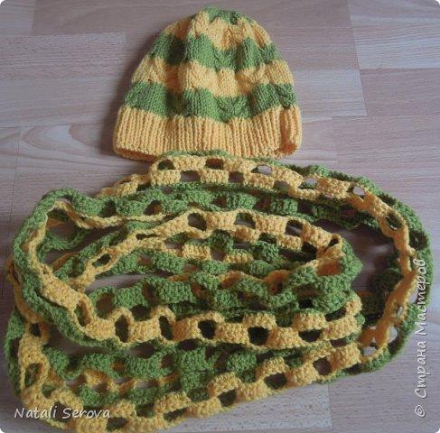 """Увидев у брата шапку с шарфиком, старшая дочка попросила связать ей тоже комплектик """"веселеньких"""" цветов. Вот что получилось фото 1"""