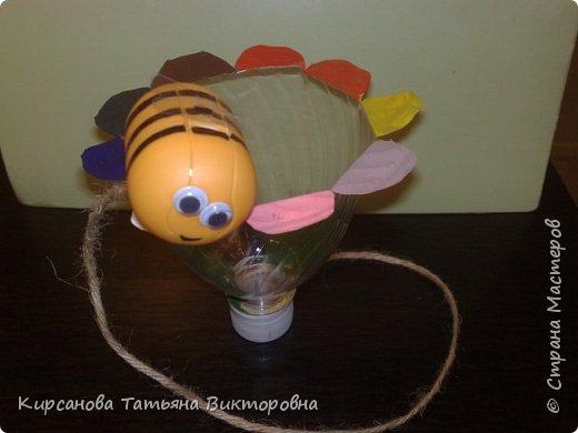 """Для развития координации у детей (у взрослых тоже не сразу получается!!) сделала вот такие игрушки. Нужно в """"ёмкость"""" поймать маленький предмет, прикрепленный к этой """"ёмкости"""" какой-нибудь верёвочкой около 50 см. Пчелка и цветок. Лепестки раскрашивали акриловыми красками - все другие быстро стирались.  фото 1"""