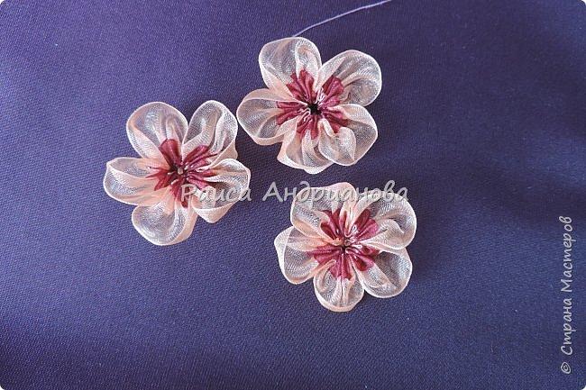 Двухцветные цветы. Понадобится: органза (ширина 2см и 0,5см), лента атласная или шелковая(ширина 1см), нитки фото 4