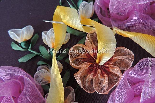 Двухцветные цветы.  Понадобится: органза (ширина 2см и 0,5см), лента атласная или шелковая(ширина 1см), нитки фото 6