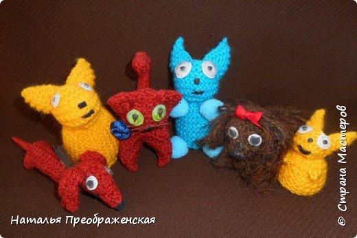 Добрый вечер дорогие Мастера! Давно отложила себе замечательные МК по вязаным игрушкам. Большое спасибо авторам: http://stranamasterov.ru/node/992336?t=451 http://stranamasterov.ru/node/125157 http://stranamasterov.ru/node/287580?c=favorite_1157 http://www.happy-giraffe.ru/community/25/forum/post/55524/ Получаются быстрые, милые сувенирчики. Но раньше все недосуг было этим заняться. А тут у меня стал отрубаться интернет (а он, оказывается, столько времени съедает!) и благодаря этому за несколько дней навязались эти малышки. Я не люблю делать однотипные вещи, мне скучно повторять одно и то же, поэтому только первые игрушки связала по прописям, а потом начала экспериментировать. Вот что у меня получилось. фото 1