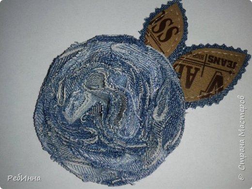 Этот непонятный цветок (то ли розу, то ли гвоздику) смастерила для сестры из джинсов ее старшего сына: вдвойне приятнее будет носить. фото 1