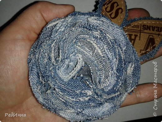 Этот непонятный цветок (то ли розу, то ли гвоздику) смастерила для сестры из джинсов ее старшего сына: вдвойне приятнее будет носить. фото 3