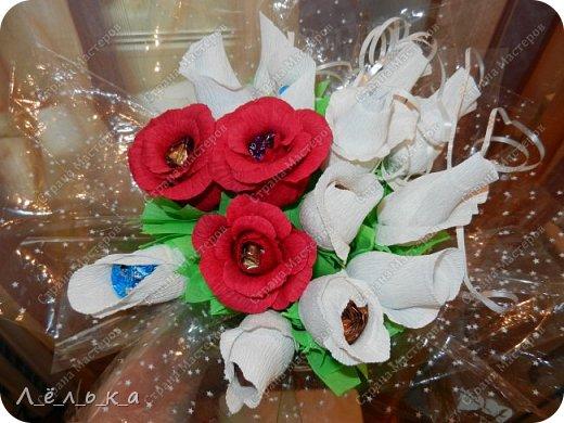 Захотелось поделиться с вами своими гофрированными цветами с конфетами.  Корзинка со сладким букетиком подарок на день варения))) фото 1