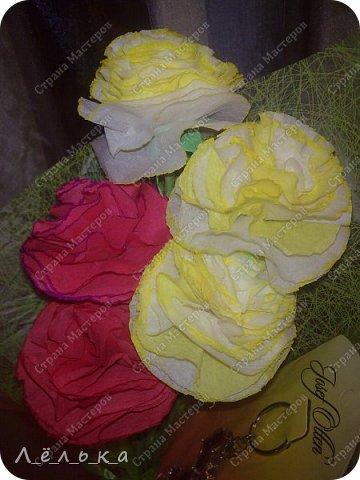 Захотелось поделиться с вами своими гофрированными цветами с конфетами.  Корзинка со сладким букетиком подарок на день варения))) фото 5