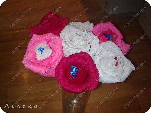 Захотелось поделиться с вами своими гофрированными цветами с конфетами.  Корзинка со сладким букетиком подарок на день варения))) фото 2