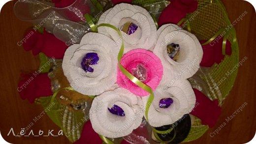 Захотелось поделиться с вами своими гофрированными цветами с конфетами.  Корзинка со сладким букетиком подарок на день варения))) фото 6