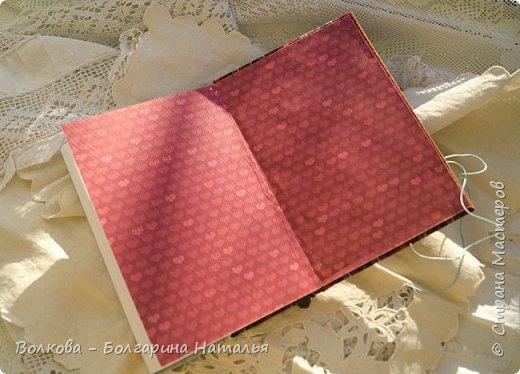 Всем привет! Болею блокнотами с застёжкой на пуговице:) ...и да, ещё отшивкой ручной по краю блокнота. И с каждым стежком визуализирую процесс, как я шью на швейной машинке, которую намереваюсь приобрести:)))) фото 14