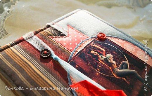 Всем привет! Болею блокнотами с застёжкой на пуговице:) ...и да, ещё отшивкой ручной по краю блокнота. И с каждым стежком визуализирую процесс, как я шью на швейной машинке, которую намереваюсь приобрести:)))) фото 2