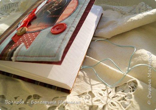Всем привет! Болею блокнотами с застёжкой на пуговице:) ...и да, ещё отшивкой ручной по краю блокнота. И с каждым стежком визуализирую процесс, как я шью на швейной машинке, которую намереваюсь приобрести:)))) фото 7