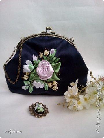 Мое новое увлечение косметички на фермуарах! Это косметичка-сумочка темно-синего цвета  с ручкой цепочкой 40см, Сама косметичка 22 на 14см. без донышка, Рядом попытка создать брошь! фото 1