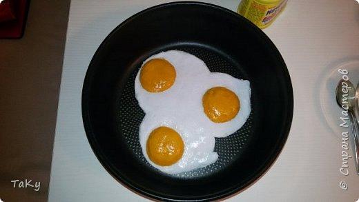"""Спрашивает не так давно приятельница (она же школьная подруга): """"А правда ли что ты лепишь из соленого теста?"""" - Отвечаю """"Да."""" - Она: """"Так вот тебе заказ... Нужны муляжи яичницы (из деревенских яиц) и торта для театра, в котором служит муж!"""" Вот что у меня получилось. Яичница из соленого теста, окрашена гуашью, покрыта прозрачным герметиком. Рассказываю. Стояла у меня на столе в сковородке. Так же как и на фото. Муж пришел с работы. Заглядывает на кухню... возглас: """"О! Давно у нас яичницы не было!"""" :) фото 1"""