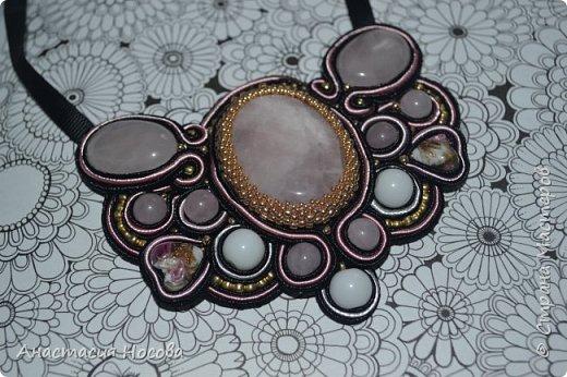 Сутажное колье в подарок к 8 марта любимой мамуле! Розовый Агат и керамические бусины в сочетании с бусинами лэмпворк превратились в подобие весенней бабочки. Как Вам такое сочетание нежных камней и темного сутажного шнура? фото 1