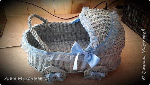 Всем привет,вот такие колясочки для сбора денег на мальчика и девочку на свадьбе плела впервые.Кошелек для масштабности,форму делала из двух трехлитровых банок. фото 2