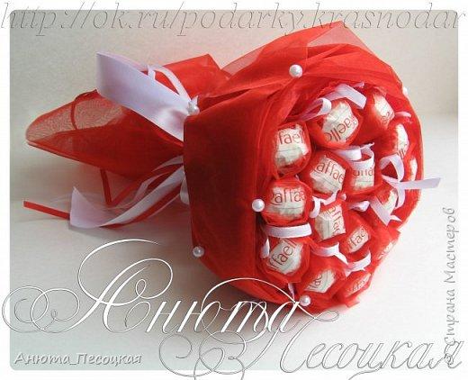 """""""Очарование весны"""" Итак моя первая объемная работа, корзина тюльпанов из конфет на 8 марта, заказали для директора музыкальной школы, около 4 коробок конфет рафаэлло.  фото 7"""
