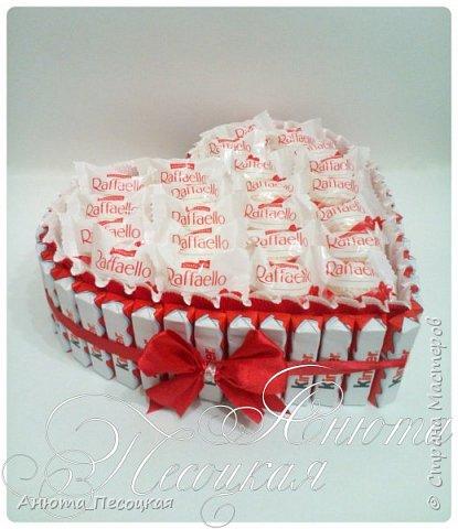"""""""Очарование весны"""" Итак моя первая объемная работа, корзина тюльпанов из конфет на 8 марта, заказали для директора музыкальной школы, около 4 коробок конфет рафаэлло.  фото 2"""