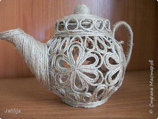 Уважаемые жители и гости Страны мастеров!  Продолжая украшать кухню захотелось сделать маленький чайник. Заглянула в интернет, чайников не нашла. Кроме одной творческой работы школьницы (http://www.metod-kopilka.ru/tvorcheskiy_proekt_quotchaynyy_naborquot-39009.htm), но, к сожалению, в работе нет отдельных фотографий чайника. Всё есть на сайтах интернета, даже самовары. Наверное, я не там искала. Решила сотворить чайник сама и другим показать, как его сделать.  В нас, в учителях, даже если мы уже на пенсии, всё равно живёт дух учителя - желание научить, желание помочь. Нравится такой вот чайничек? Давайте сделаем! фото 47