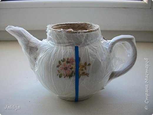 Уважаемые жители и гости Страны мастеров!  Продолжая украшать кухню захотелось сделать маленький чайник. Заглянула в интернет, чайников не нашла. Кроме одной творческой работы школьницы (http://www.metod-kopilka.ru/tvorcheskiy_proekt_quotchaynyy_naborquot-39009.htm), но, к сожалению, в работе нет отдельных фотографий чайника. Всё есть на сайтах интернета, даже самовары. Наверное, я не там искала. Решила сотворить чайник сама и другим показать, как его сделать.  В нас, в учителях, даже если мы уже на пенсии, всё равно живёт дух учителя - желание научить, желание помочь. Нравится такой вот чайничек? Давайте сделаем! фото 5