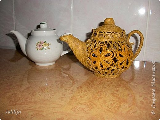 Уважаемые жители и гости Страны мастеров!  Продолжая украшать кухню захотелось сделать маленький чайник. Заглянула в интернет, чайников не нашла. Кроме одной творческой работы школьницы (http://www.metod-kopilka.ru/tvorcheskiy_proekt_quotchaynyy_naborquot-39009.htm), но, к сожалению, в работе нет отдельных фотографий чайника. Всё есть на сайтах интернета, даже самовары. Наверное, я не там искала. Решила сотворить чайник сама и другим показать, как его сделать.  В нас, в учителях, даже если мы уже на пенсии, всё равно живёт дух учителя - желание научить, желание помочь. Нравится такой вот чайничек? Давайте сделаем! фото 52