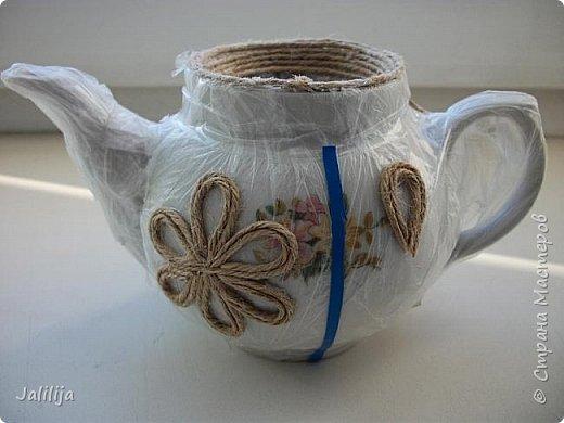 Уважаемые жители и гости Страны мастеров!  Продолжая украшать кухню захотелось сделать маленький чайник. Заглянула в интернет, чайников не нашла. Кроме одной творческой работы школьницы (http://www.metod-kopilka.ru/tvorcheskiy_proekt_quotchaynyy_naborquot-39009.htm), но, к сожалению, в работе нет отдельных фотографий чайника. Всё есть на сайтах интернета, даже самовары. Наверное, я не там искала. Решила сотворить чайник сама и другим показать, как его сделать.  В нас, в учителях, даже если мы уже на пенсии, всё равно живёт дух учителя - желание научить, желание помочь. Нравится такой вот чайничек? Давайте сделаем! фото 7