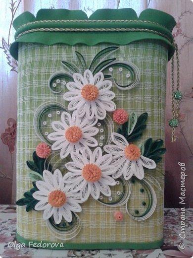 Эту вазочку я смастерила для детского садика. В качестве основы использовала пластиковую банку под сыпучие продукты (т.к. стекло нельзя), а цветочную композицию попробовала повторить с открытки Nedyalka Beneva из Болгарии. Вот, что получилось.