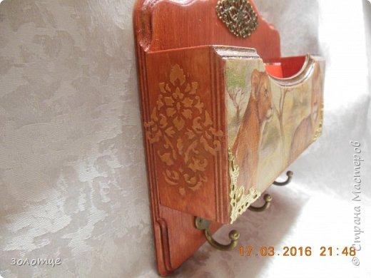 Ключница выполнена в технике декупаж, морилка цвета махагон, место под письма, три крючка под ключи, на задней панели 2 вешалки фото 3