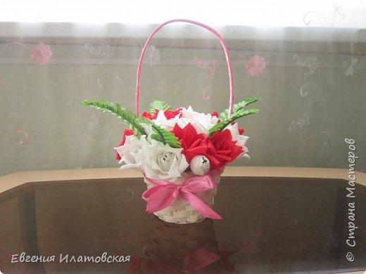 Корзинка с розами из гофрированной бумаги) фото 2
