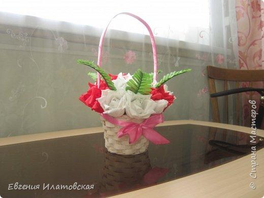 Корзинка с розами из гофрированной бумаги) фото 3