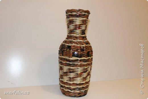 Здравствуйте, дорогие мастеряне! Сегодня я к вам только с одной-единственной вазочкой-бутылочкой. И ничего в ней нет особенного, но она очень понравилась моей маме. Взяла бутылку из-под вина и оплела, хотя изначально задумывалась ваза под искусственные цветы, т.е. без вставки в виде бутыли. Но, как у меня частенько случается, в процессе и бутылочка внутри осталась и рисунок изменился и даже цвет... фото 1