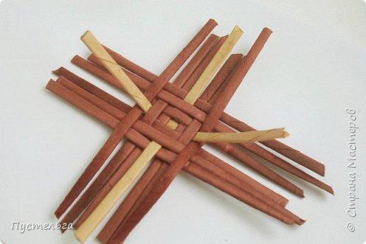 Вариант простой поделки к Пасхе из газетных трубочек. фото 15
