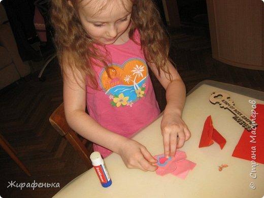 С моей соседкой Вероникой 7лет, мы сделали сердечки для мамы и папы на День влюблённых по МК Эльвира-Педагоша. Спереди есть кармашки, там лежат конфетки. На выставке купила интересный ключик-заготовка из дерева. Как покрасить ключик решила сама Вероника, буквы ЛЮБОВЬ, это её смелое решение.Красила краской акрил-перламутр. фото 3
