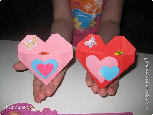 С моей соседкой Вероникой 7лет, мы сделали сердечки для мамы и папы на День влюблённых по МК Эльвира-Педагоша. Спереди есть кармашки, там лежат конфетки. На выставке купила интересный ключик-заготовка из дерева. Как покрасить ключик решила сама Вероника, буквы ЛЮБОВЬ, это её смелое решение.Красила краской акрил-перламутр. фото 1