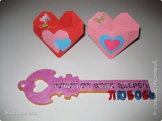 С моей соседкой Вероникой 7лет, мы сделали сердечки для мамы и папы на День влюблённых по МК Эльвира-Педагоша. Спереди есть кармашки, там лежат конфетки. На выставке купила интересный ключик-заготовка из дерева. Как покрасить ключик решила сама Вероника, буквы ЛЮБОВЬ, это её смелое решение.Красила краской акрил-перламутр. фото 5