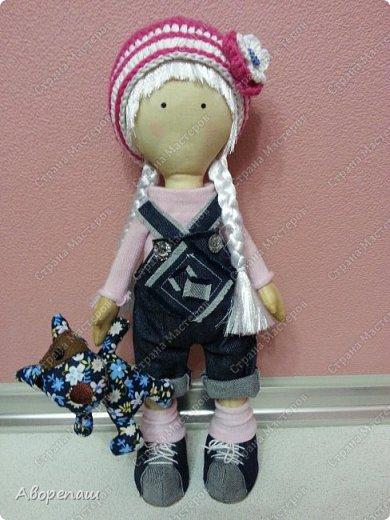 Моя первая куколка, пробная. По типу куклы Снежки или тильды. Даже не знаю)) нашла выкройку в интернете) и вот на ваш суд. Очень рада буду комментариям) фото 1