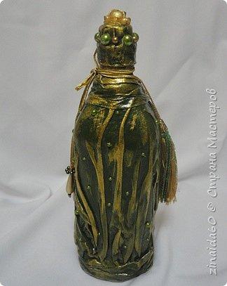 Здравствуйте жители Страны! Вот таки у меня получились бутылочки.  Эта бутылочка декорирована тканью,Украсила полу-бусинами, на верху крышечки розочка из пластика, металлический декор (филиграньки) украсила полу-бусинами. Все выступающие элементы выделила золотой краской. фото 2