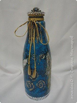 Здравствуйте жители Страны! Вот таки у меня получились бутылочки.  Эта бутылочка декорирована тканью,Украсила полу-бусинами, на верху крышечки розочка из пластика, металлический декор (филиграньки) украсила полу-бусинами. Все выступающие элементы выделила золотой краской. фото 11