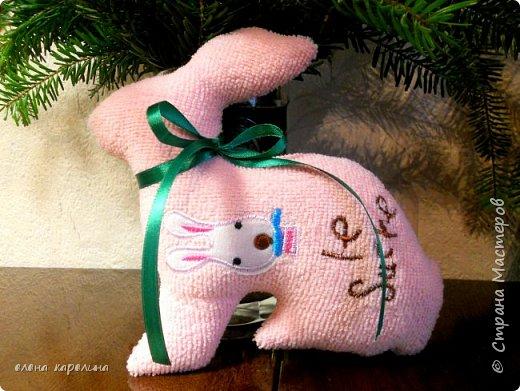 """Я, наверное, никогда не наиграюсь в куклы. Люблю их всю свою жизнь. А сейчас такой простор для творчества и шитья текстильных кукол самых разных направлений. Масса примеров и грамотных выкроек, твори сколько душе угодно. Покажу вам начало моей кукольной эпопеи. Розовый пасхальный кролик """"Сахарок"""" из мягкого нежного флиса. фото 1"""