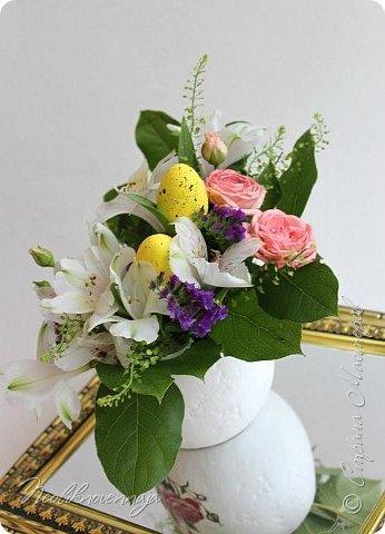 """1.""""Гнёздышко весеннее"""" Состав: керам.кашпо, флор.губка (оазис), сизаль, пенопластовые яйца. Цветы и зелень: альстромерия, кустовая роза, статица, салал, фисташка, пастушья сумка.  фото 3"""
