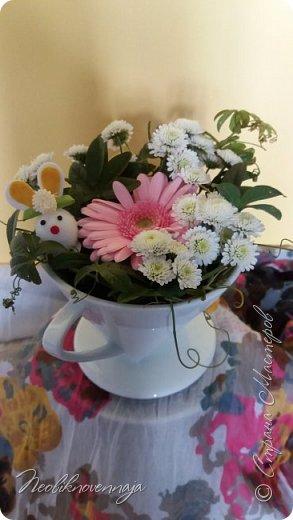 """1.""""Гнёздышко весеннее"""" Состав: керам.кашпо, флор.губка (оазис), сизаль, пенопластовые яйца. Цветы и зелень: альстромерия, кустовая роза, статица, салал, фисташка, пастушья сумка.  фото 34"""