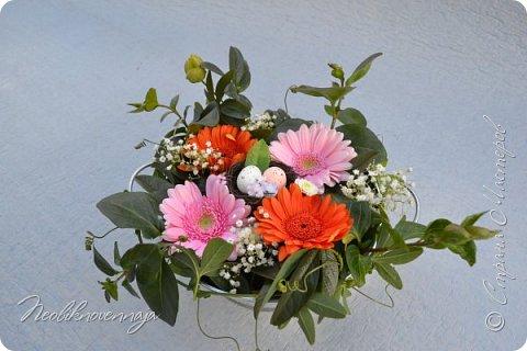 """1.""""Гнёздышко весеннее"""" Состав: керам.кашпо, флор.губка (оазис), сизаль, пенопластовые яйца. Цветы и зелень: альстромерия, кустовая роза, статица, салал, фисташка, пастушья сумка.  фото 28"""