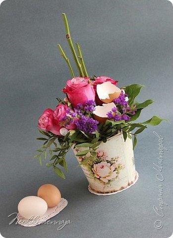 """1.""""Гнёздышко весеннее"""" Состав: керам.кашпо, флор.губка (оазис), сизаль, пенопластовые яйца. Цветы и зелень: альстромерия, кустовая роза, статица, салал, фисташка, пастушья сумка.  фото 35"""
