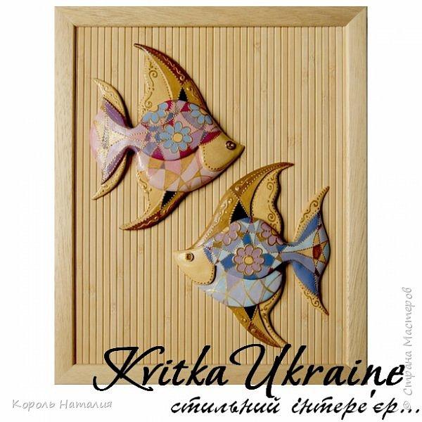 Еще раз, добрый вечер! Два панно на тему рыбок...  Материал: самозастывающая глина, масляные краски, контуры, даммарный лак, ткань и деревянные обои (фон), деревянные рамы. Техника: лепка. фото 7