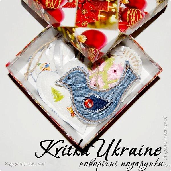 Добрый вечер! Из не изданного... подарочные новогодние наборы.  Материал: ткань, мешковина, джинс, джут, кружева, бусины, бисер, атласные ленты. Техники: шитье игрушек, вышивка лентами, декупаж по ткани и небольшая подрисовка контурами. фото 9