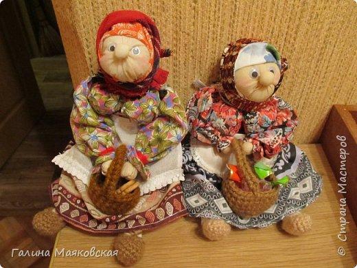 Привет всем! Я опять с новинкой. Когда увидела ее в интернете - просто влюбилась и, наконец-то сделала. Остались подходящие лоскуточки, а ткань для тела взяла белую и все заготовки окунула в раствор  кофе-какао. Воспользовалась мастер-классом Тамары Черныш (http://pelagea-kukla.ru/300-babka-xarakternaya-master-klass-tamary-chernysh-sevastopolukraina.html). Только решила ее с глазами сделать и чуть подрумянить. фото 6