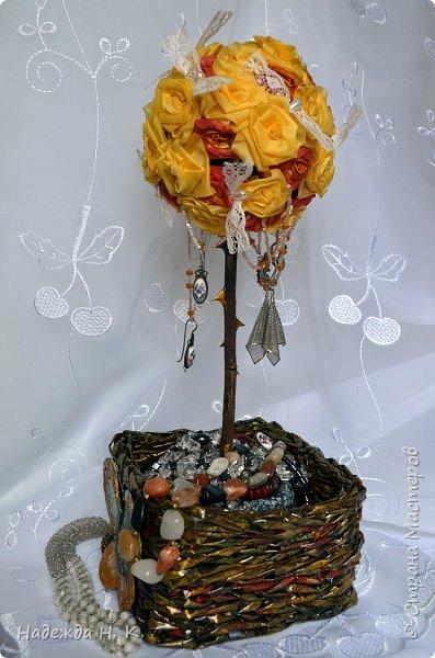 """Доброго времени суток! Прошли, отшумели первые весенние праздники, а в доме появились две поделки для себя любимой! Мне нравятся желтые цветы - где они, там всегда светит солнце, в голову не приходит связать это чудо с плохими приметами. На счастье, на память о замечательных днях остались у меня эти яркие букеты.  Первый - топиарий  """" Апельсин с бабочками"""" очень похож на этот южный ароматный фрукт. фото 4"""