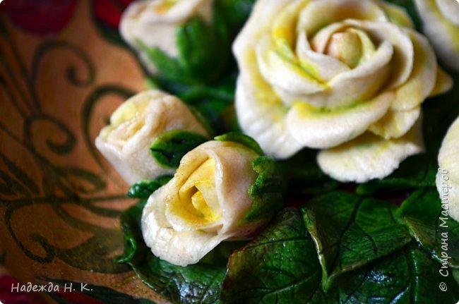 """Доброго времени суток! Прошли, отшумели первые весенние праздники, а в доме появились две поделки для себя любимой! Мне нравятся желтые цветы - где они, там всегда светит солнце, в голову не приходит связать это чудо с плохими приметами. На счастье, на память о замечательных днях остались у меня эти яркие букеты.  Первый - топиарий  """" Апельсин с бабочками"""" очень похож на этот южный ароматный фрукт. фото 14"""