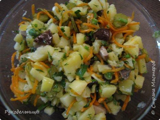 Всем добрый вечер. Я сегодня к вам с постными салатиками. Этот родился сам, как всегда из того, что нашлось в холодильнике(это мой любимый вариант). Очень простой, но оказалось очень даже вкусный. Может подаваться, как закуска или может стать совершенно самостоятельным блюдом. Картошка здесь основной ингредиент, поэтому её в салат кладу больше всего. Остальное, как дополнение вкуса, поэтому кладите на ваш вкус всего понемногу.  отварной картофель бочковые огурчики маринованные грибы корейская морковь зелень(лук,петрушка,укроп) подсолнечное пахучие масло фото 1