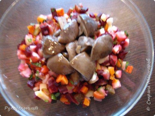 Всем добрый вечер. Я сегодня к вам с постными салатиками. Этот родился сам, как всегда из того, что нашлось в холодильнике(это мой любимый вариант). Очень простой, но оказалось очень даже вкусный. Может подаваться, как закуска или может стать совершенно самостоятельным блюдом. Картошка здесь основной ингредиент, поэтому её в салат кладу больше всего. Остальное, как дополнение вкуса, поэтому кладите на ваш вкус всего понемногу.  отварной картофель бочковые огурчики маринованные грибы корейская морковь зелень(лук,петрушка,укроп) подсолнечное пахучие масло фото 2